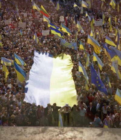 But the crowd and opposition deputies insisted that this flag