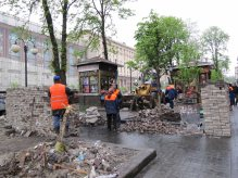 Building fortifications on Khreshchatyk Street from paving stones Kyiv (Kiev) April 2014